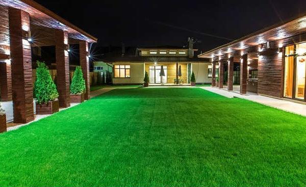 Utiliser la pelouse artificielle comme décoration exterieur