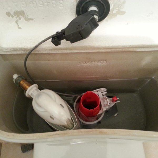 Chasse d'eau qui coule en permanence : que faire ?