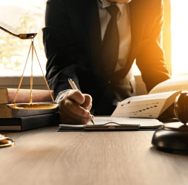 Avantages d'embaucher un avocat pour examiner vos contrats commerciaux